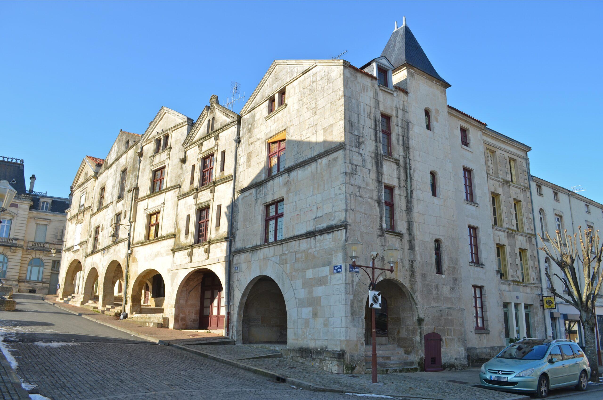 Fontenay-le-Comte_-_Place_Belliard_(2)